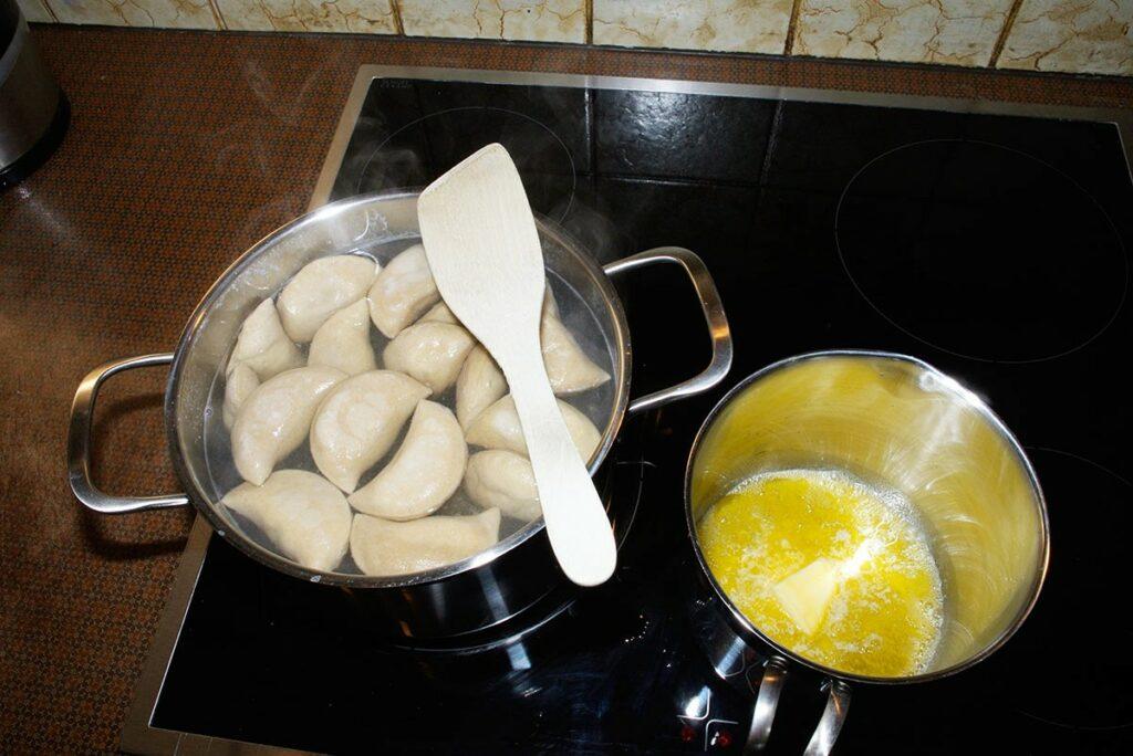 Schlipfkrapfen: Die Krapfen in kochendem Salzwasser für ca. 8 Minuten kochen.