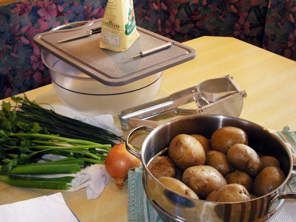 In der Zwischenzeit kochen die Kartoffeln.