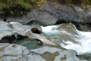 Im Laufe der Zeit hat das Wasser Löcher in den Stein gefressen.