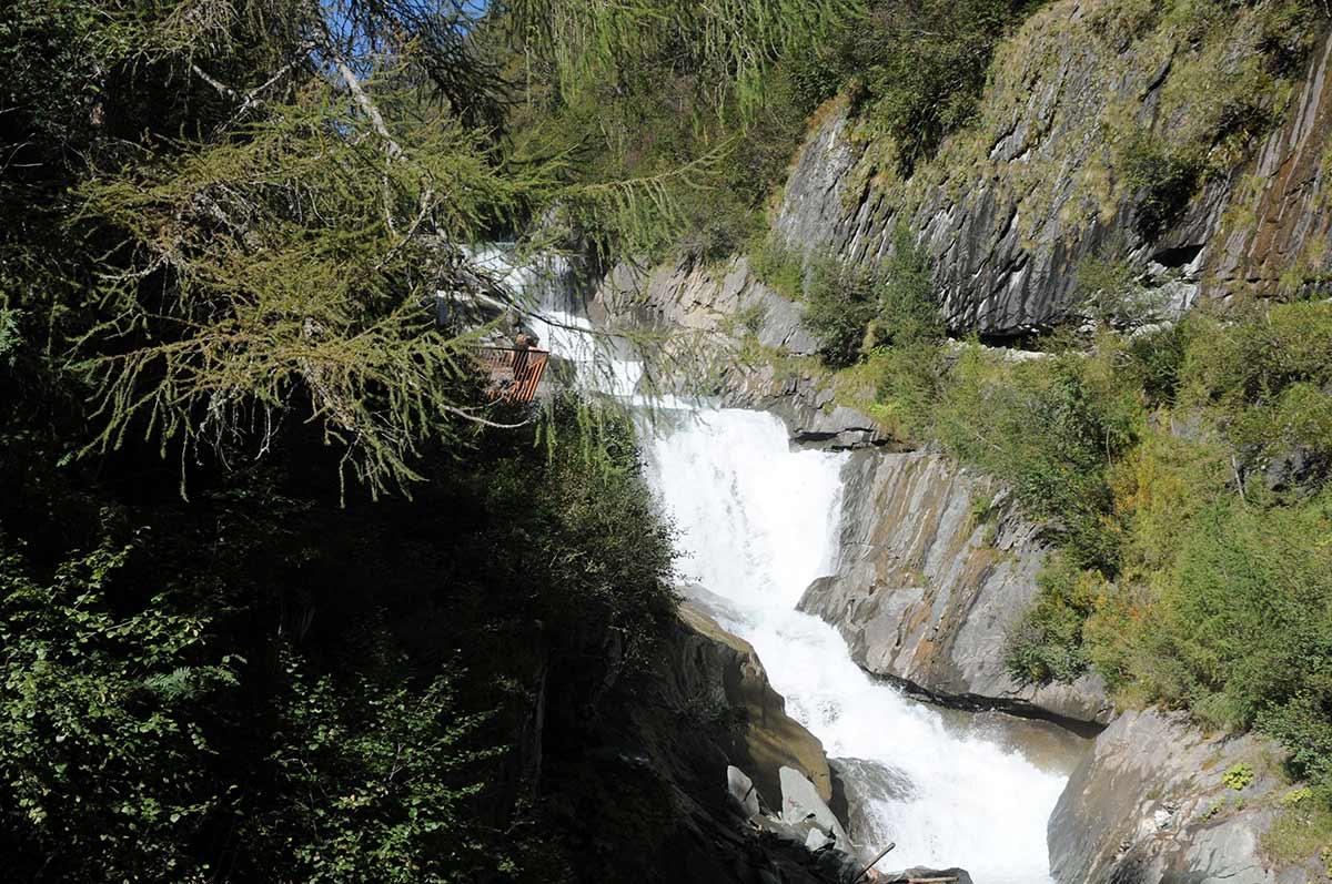 Im Hintergrund hören und sehen wir auch schon die Wasserfälle.