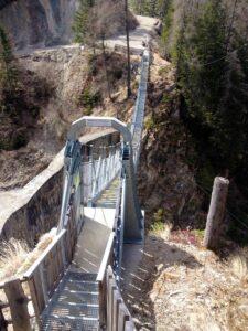 Die Hängebrücke ist das Highlight des Talrundweges.