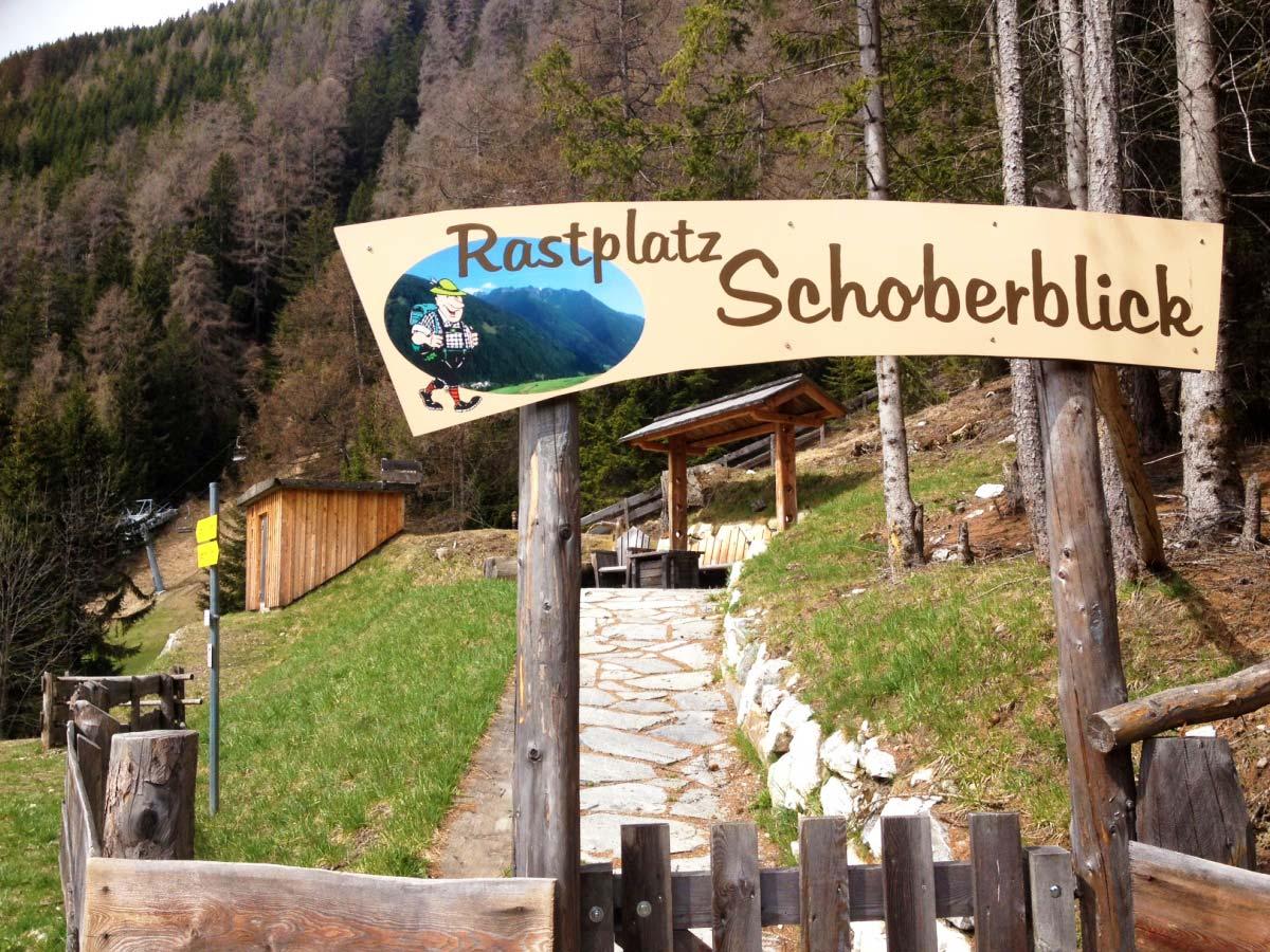 """Vom Rastplatz aus genießen wir die Aussicht über den Weiler """"Großdorf""""."""
