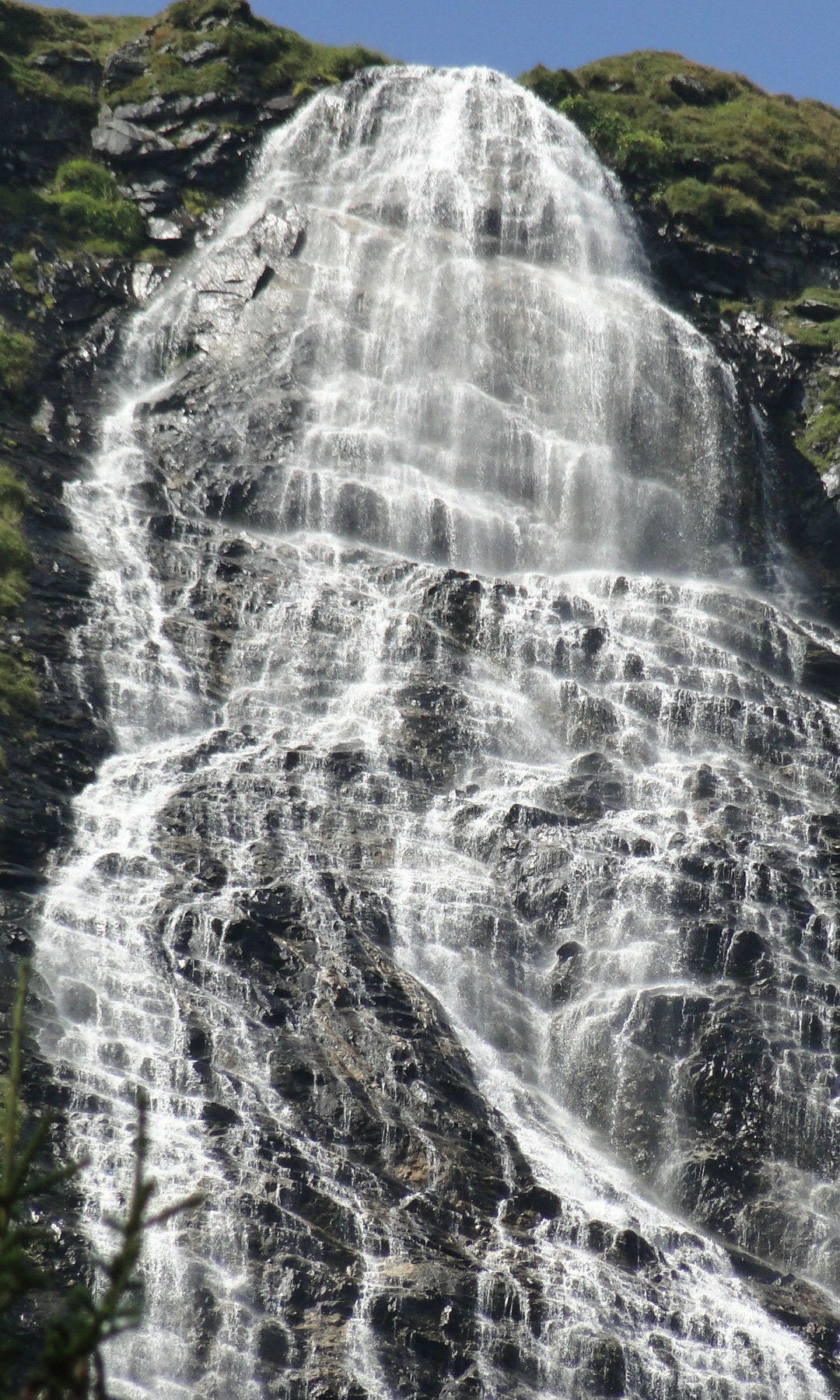 Wasserfälle säumen den Weg.