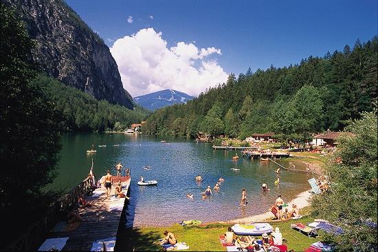 Ein Badesee umgeben von Bergen in bester Lage? Auch das findet ihr in Osttirol!