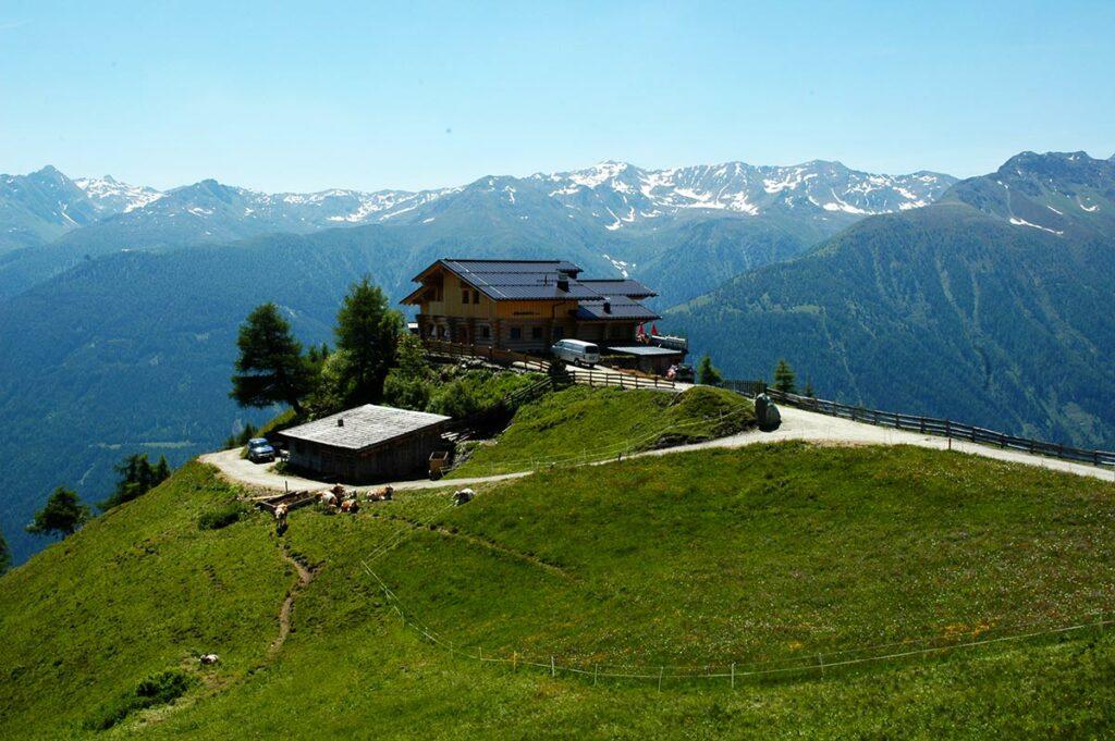 Die relativ neu errichtete Nilljochhütte ist wunderschön