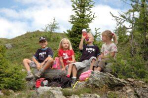 Kurze Rast bei der Familienwanderung am Thurntaler  (© Osttirol Werbung / B. Lauen)