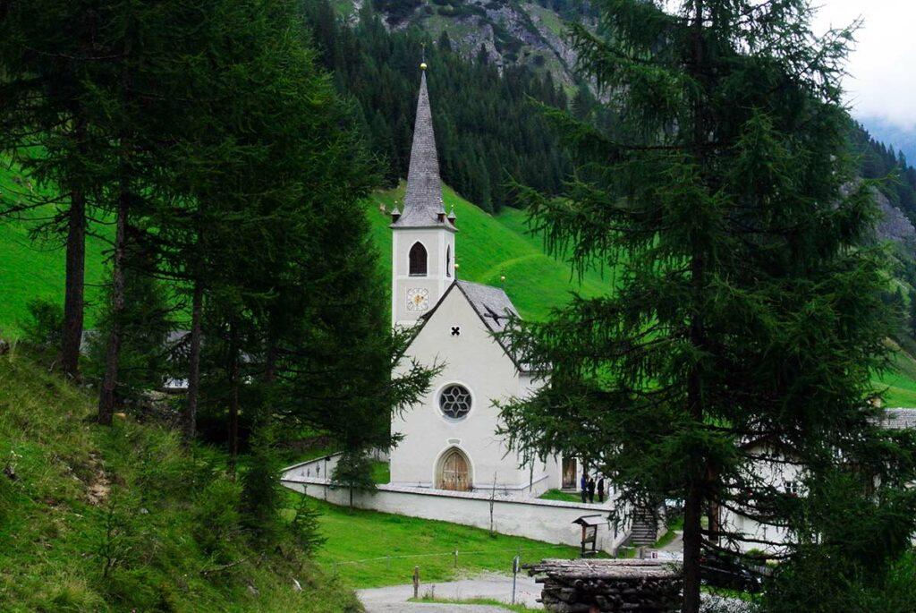Schon war die schöne Wanderung zu Ende - Wallfahrtskirche Maria Schnee in Kalkstein.