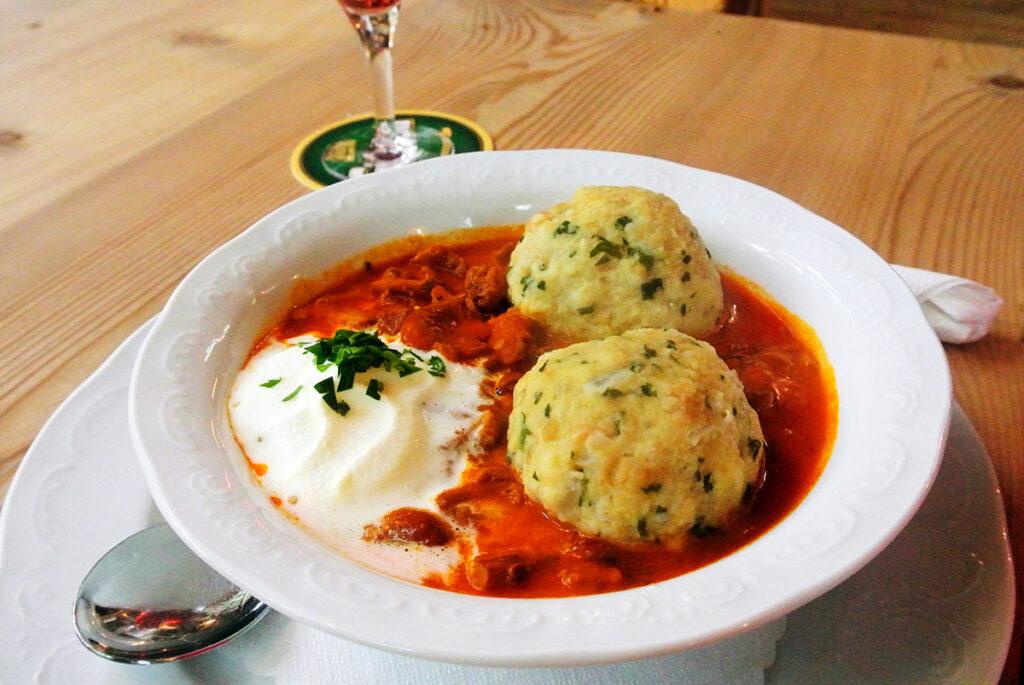 Essen in der Badl Alm: Schwammerlgulasch mit Knödel.