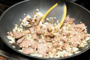 Fleisch dazugeben und braun anbraten.