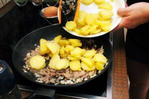 Kartoffeln zufügen und untermischen.