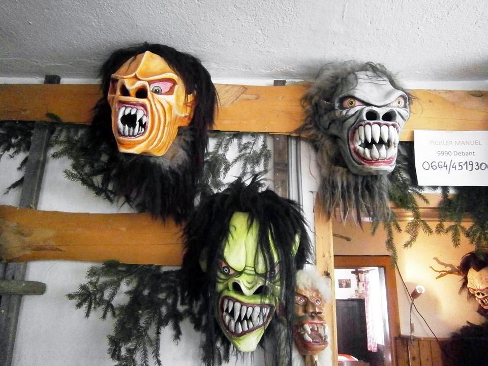 Die Masken der teuflischen Burschen