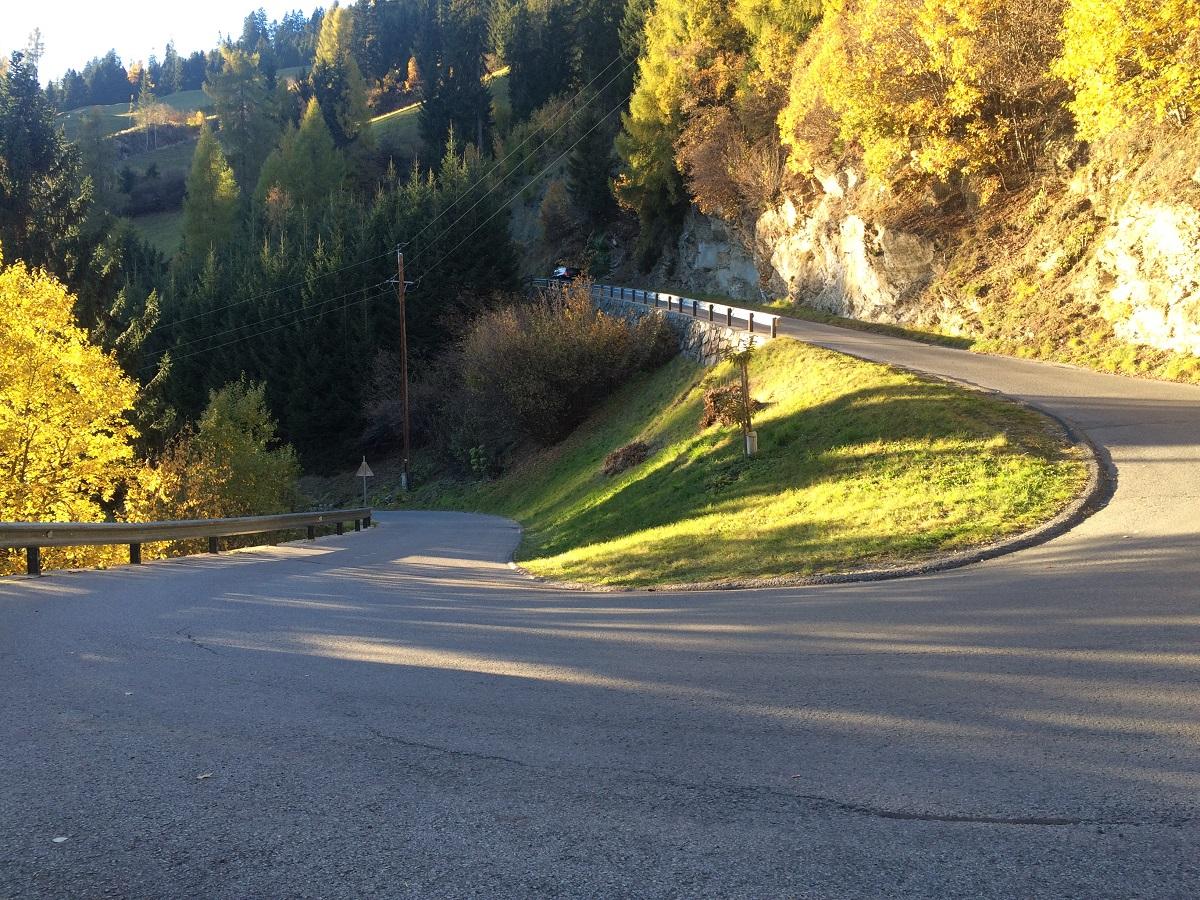 Links führt die Straße hinunter nach Sillian und rechts gelangt man nach Arnbach