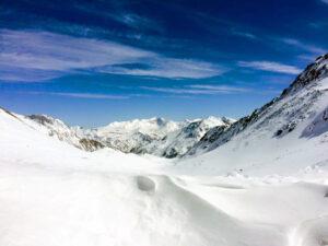 Die Bergspitzen ragten aus dem Morgennebel und lagen schon in der Sonne.