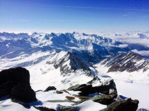 Der Blick auf den Grat und dahinter die tausend Gipfel bis zu den Dolomiten