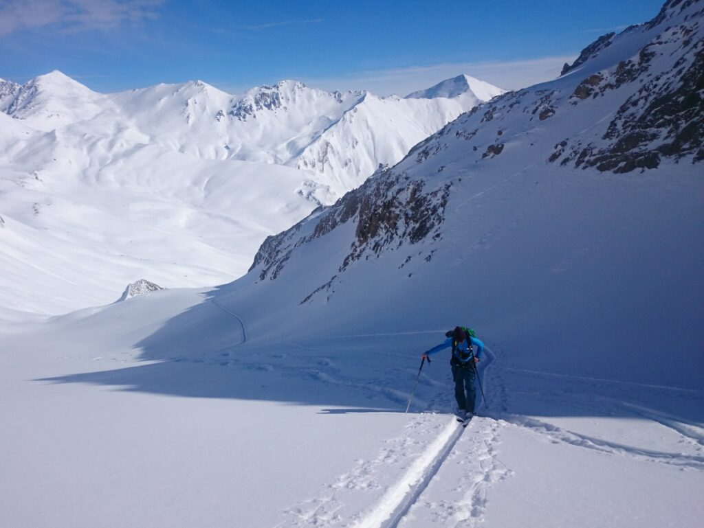 Eine Skitour in Osttirol durch tiefverschneite Landschaften läßt das Tourengeherherz höher schlagen.