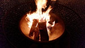 Am Feuer kann man sich wärmen.