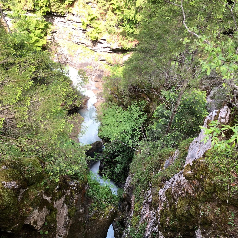 Beim Klammbrückl rauscht der Kerschbaumeralm Bach laut durch den Fels.