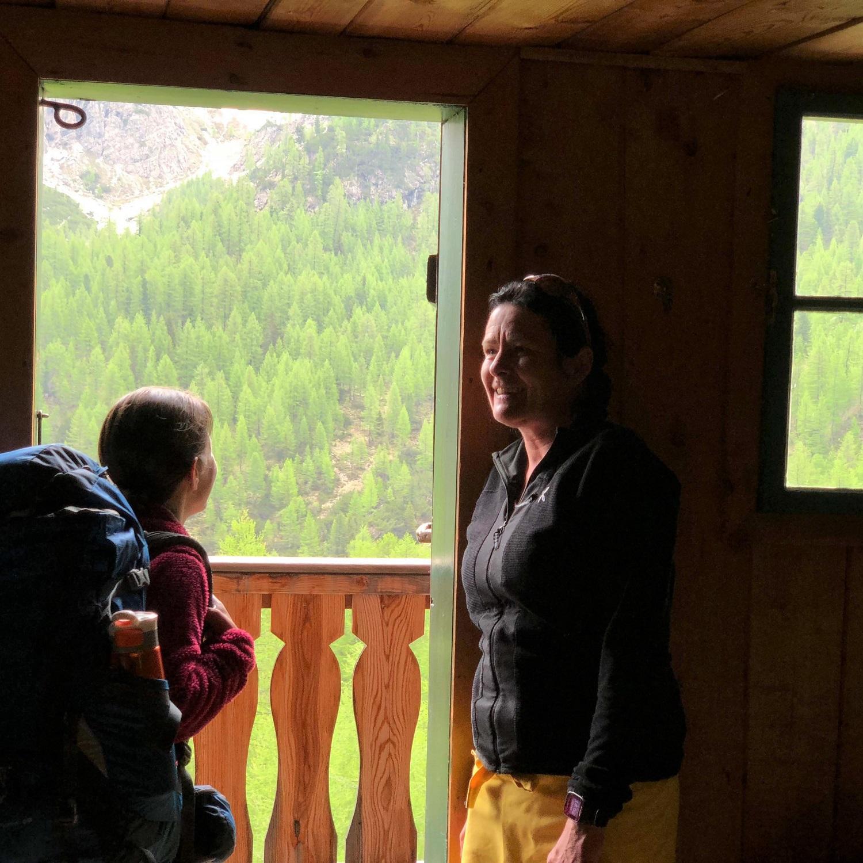 Der Blick von der Alm auf die Dolomiten ist beeindruckend.