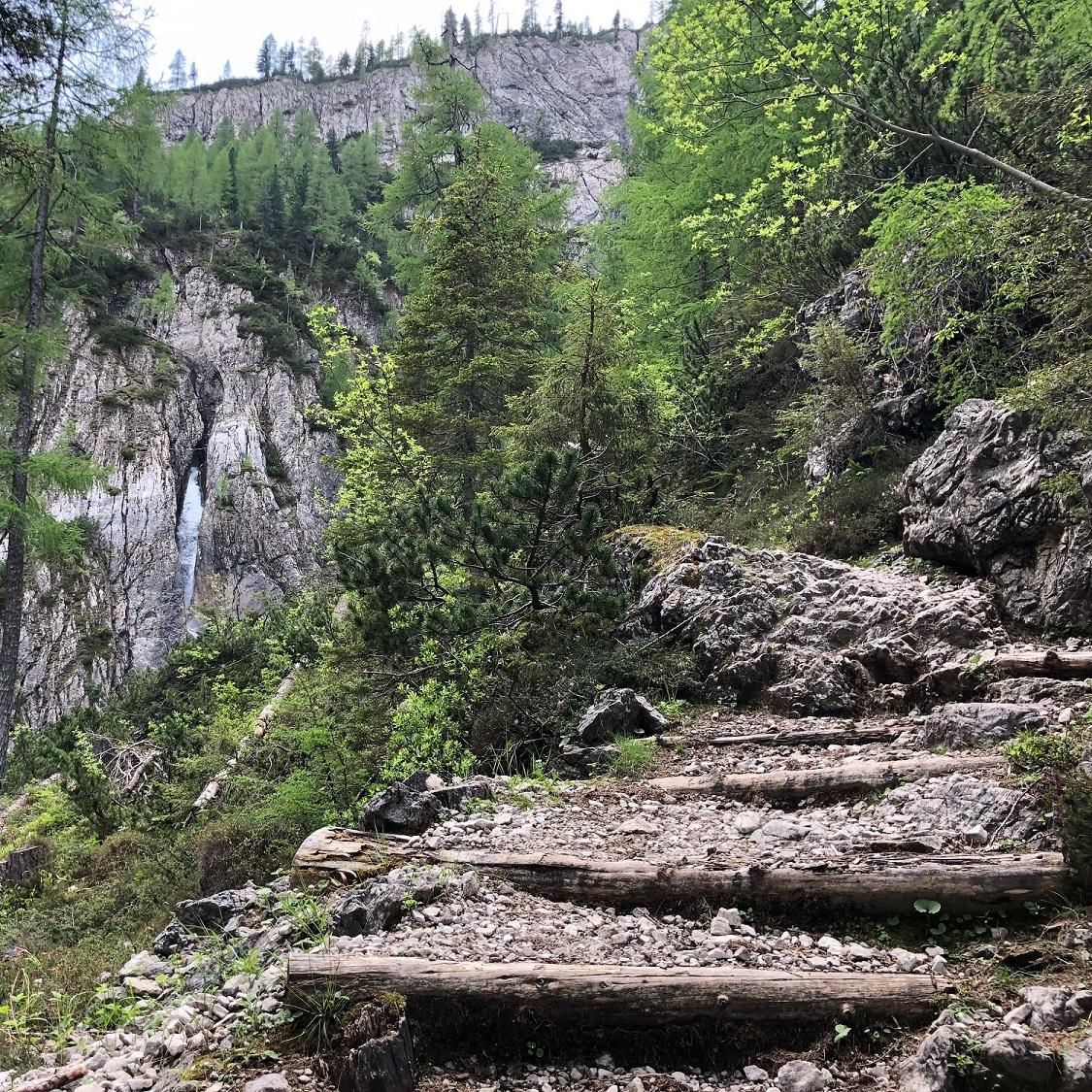 Am Weg eröffnen sich immer wieder überraschende Perspektiven auf die schroffen Dolomiten.