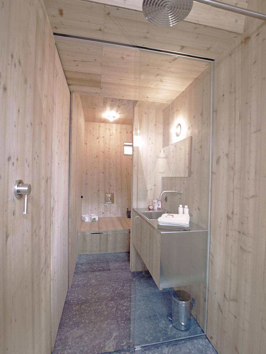 Bad mit Fliesen aus Naturstein