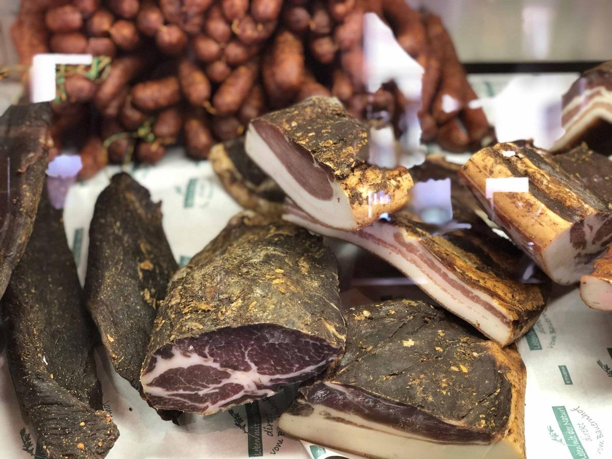 Speck, Bauernwürste und Henkele aus der Region Virgen im dortigen Bauernladen.