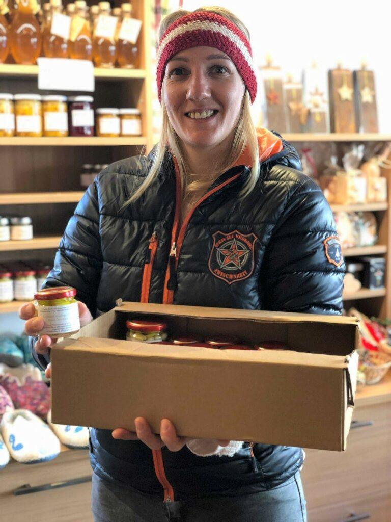 Martina Egger füllt die Regale im Bauernladen Virgen it ihrem frisch eingelegten Gemüse auf.