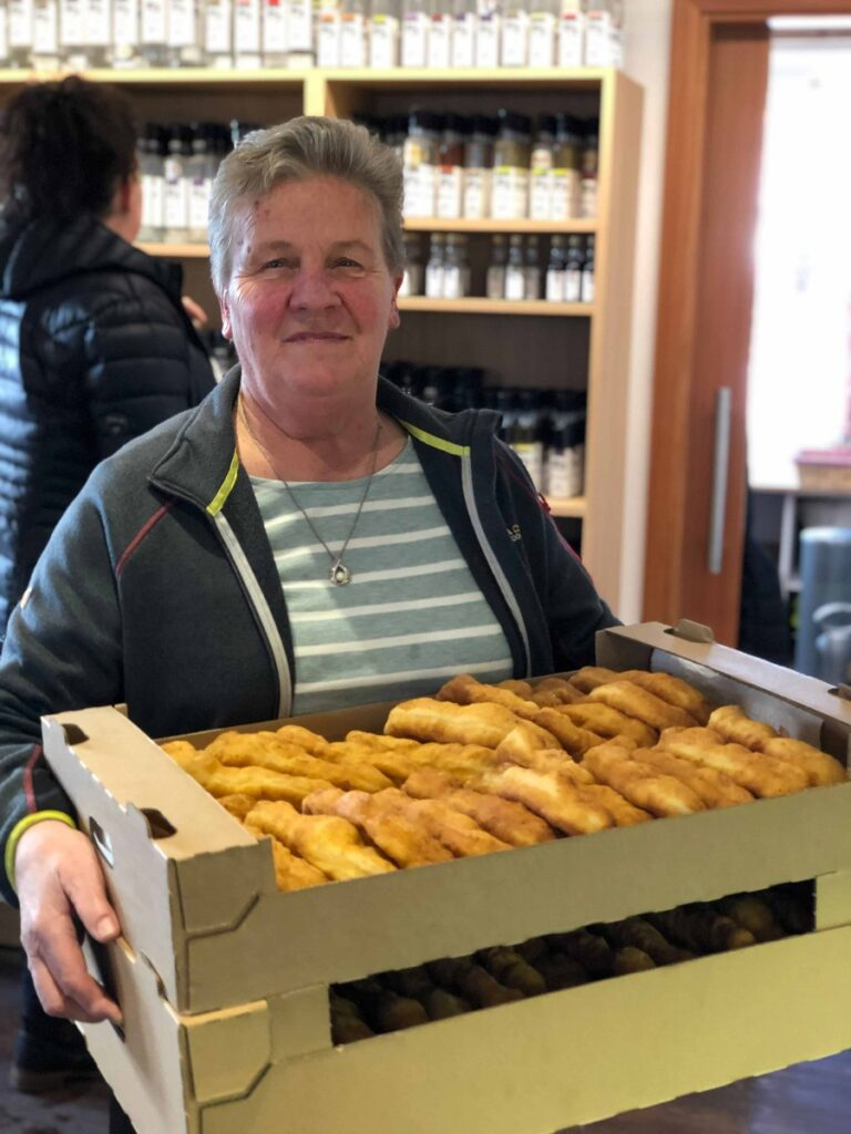 Cilli Berger liefert ihre frischen Bauernkrapfen im Bauernladen an.