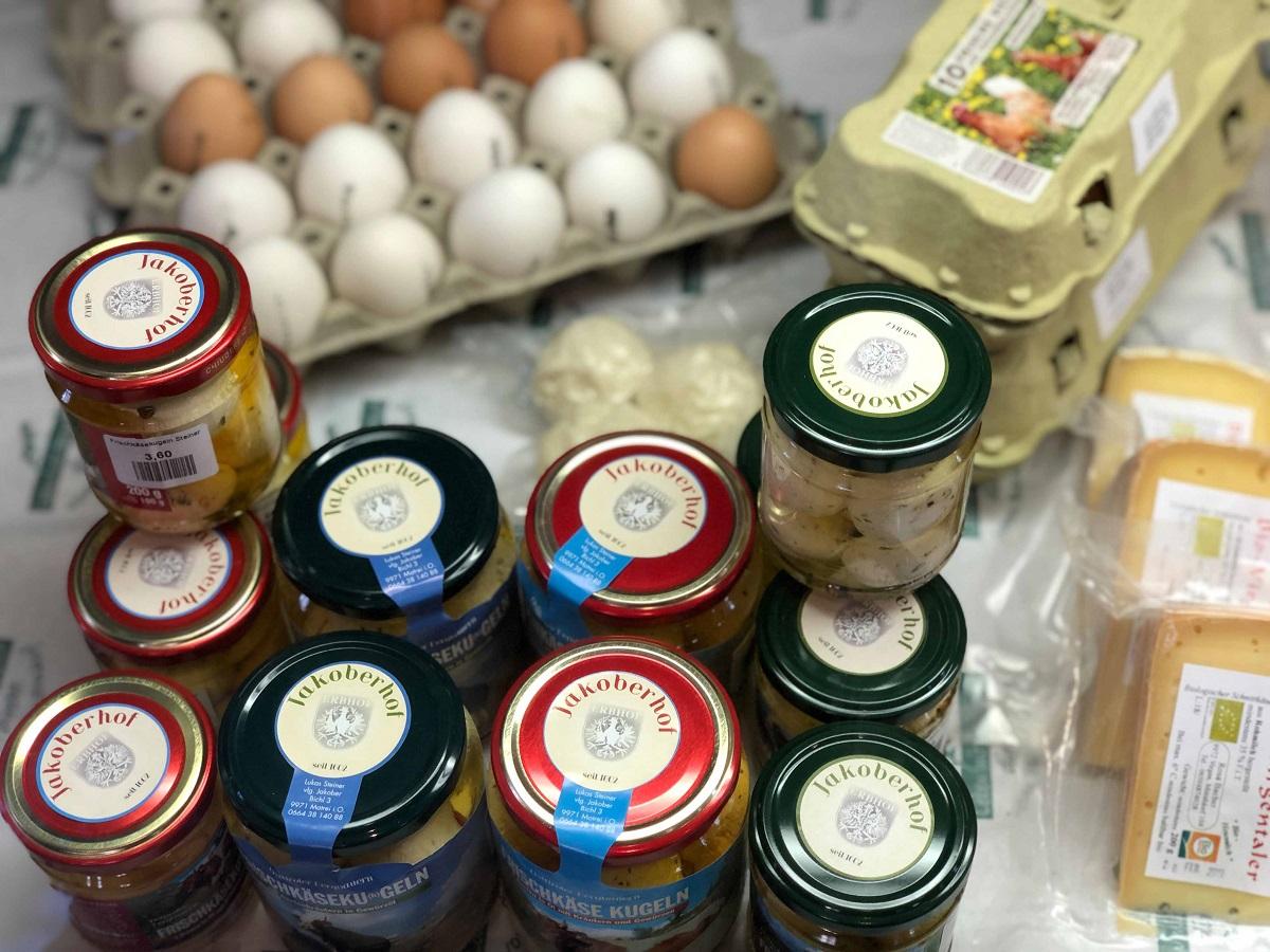 Eingelegter Käse & frische Bauerneier im Bauernladen Virgen.