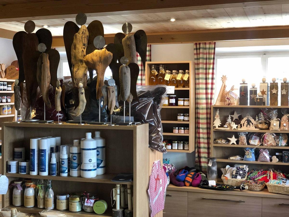 Handwerk und Pflegeprodukte in vielfältiger Auswahl im Bauernladen Virgen.