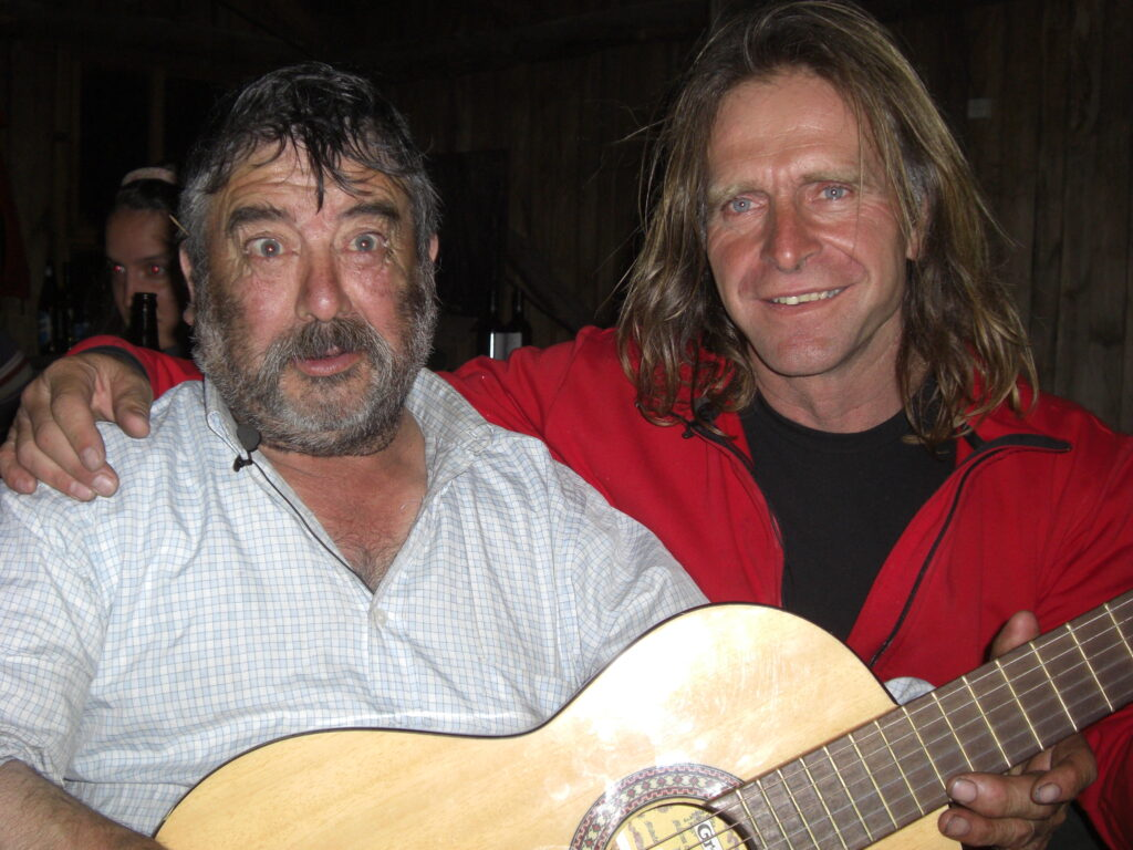 Wer so fit ist wie Toni kann auch nach einem Gipfelsieg in Patagonien ausgiebig feiern. Auch dafür ist Cheoma bekannt und beliebt. Foto: Peter Ortner.