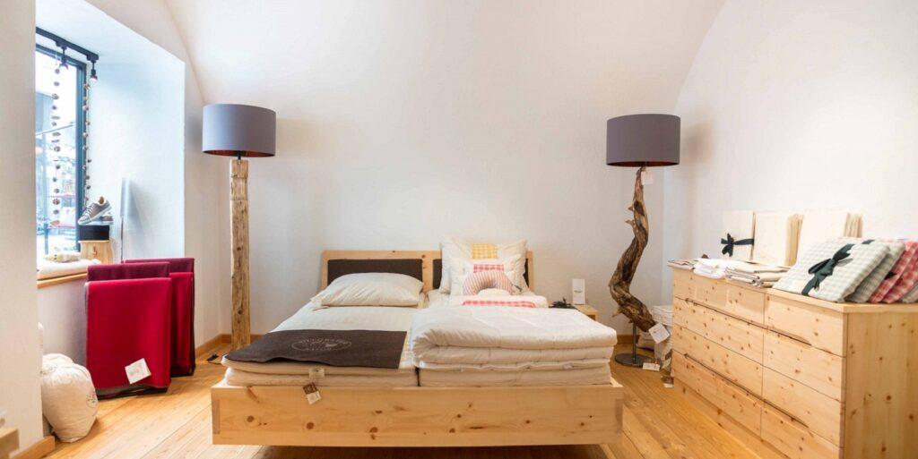 Im Concept Store in der Rosengasse Lienz lässt sich auf Villgrater Natur Matratzen probeliegen.