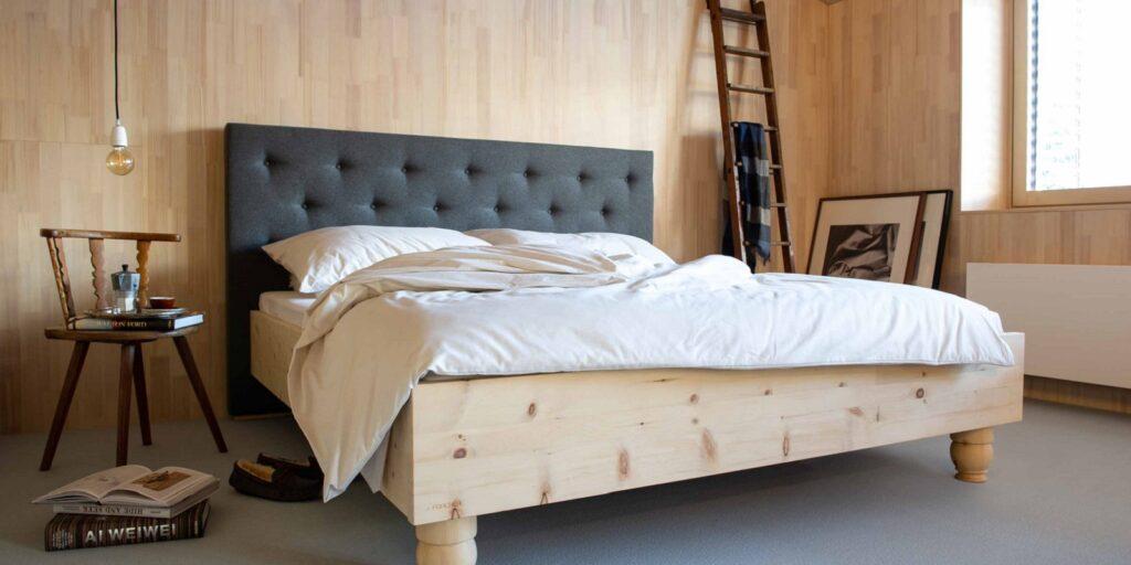 Die Tischlerei Forcher aus Lienz fertigt das Zirbenbett passend zum Villgrater Natur Schlafsystem.