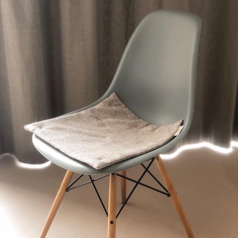 Das Sitzkissen Greta passt zu Eames Chairs genauso wie auf rustikale Holzbänke.
