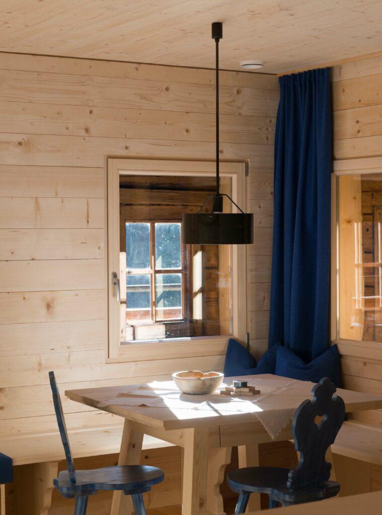 Die alten Fenster wurden für die Außenansicht erhalten, neue im Inneren zur Wärmedämmung gesetzt.