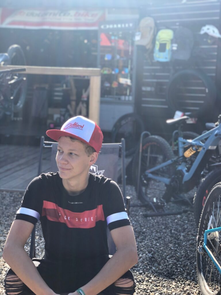 Morgens halb zehn im Bikepark. Die Ruhe vor dem Sturm und die Ruhe für ein Gespräch mit Gabriel Wibmer.