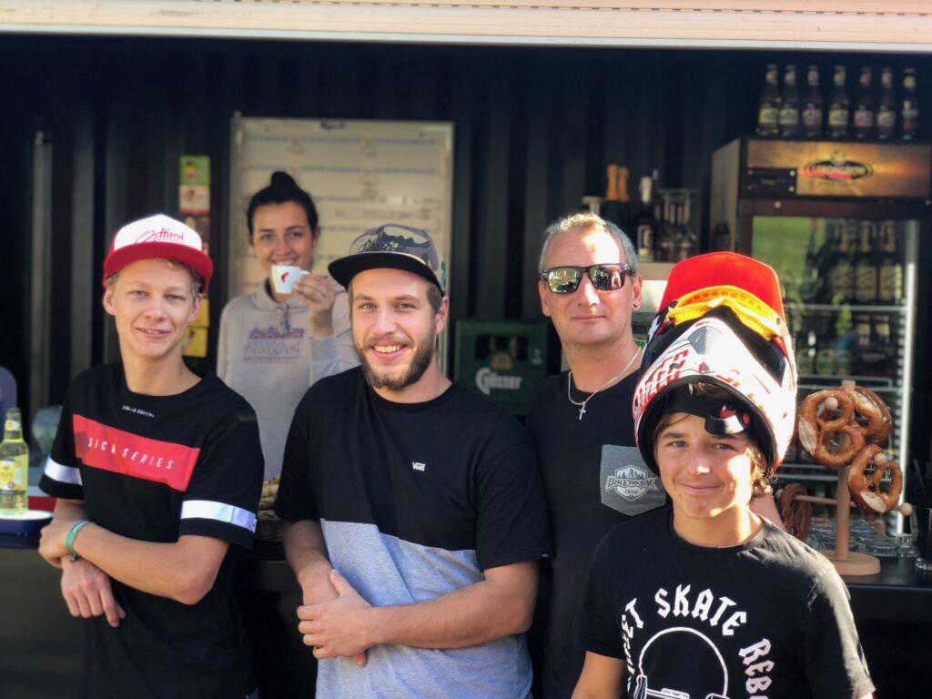 Die Bike-Bar Crew, das Bikepark- und Dolomite Bike Verleihcenter-Team freuen sich immer über den Besuch des Local Heroes.