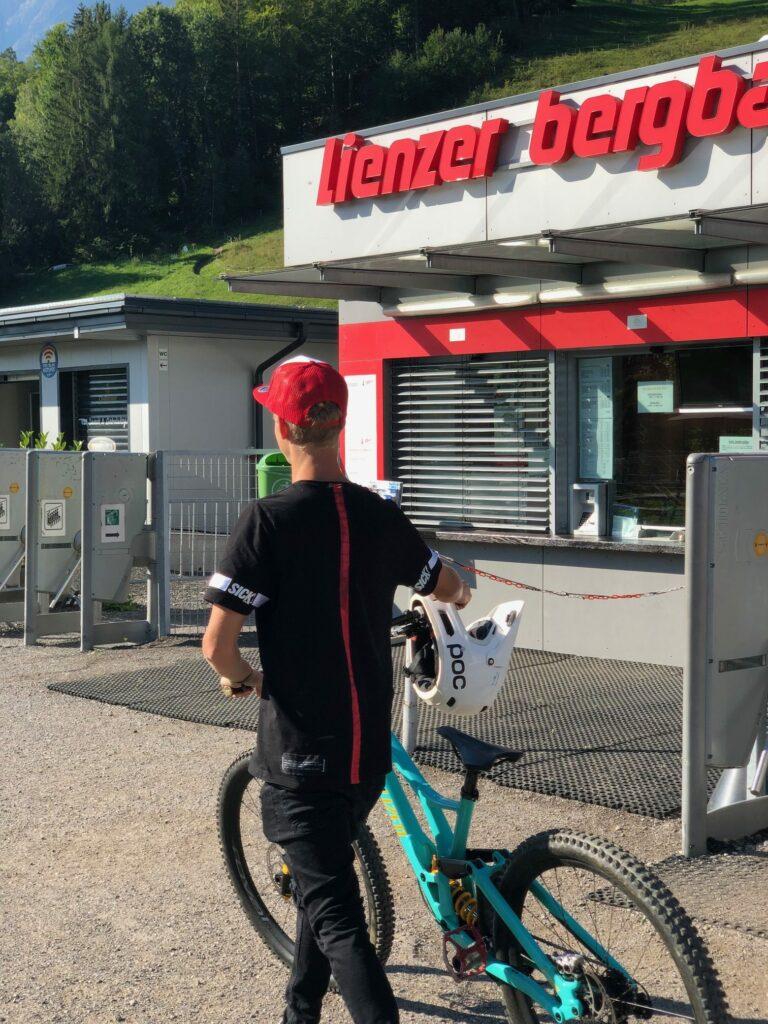 """""""Wenn ich in den Bikepark Lienz komme, fahr ich eigentlich den ganzen Tag"""", so Gabriel. Heute ist er allerdings nur für unser Interview am Hochstein."""