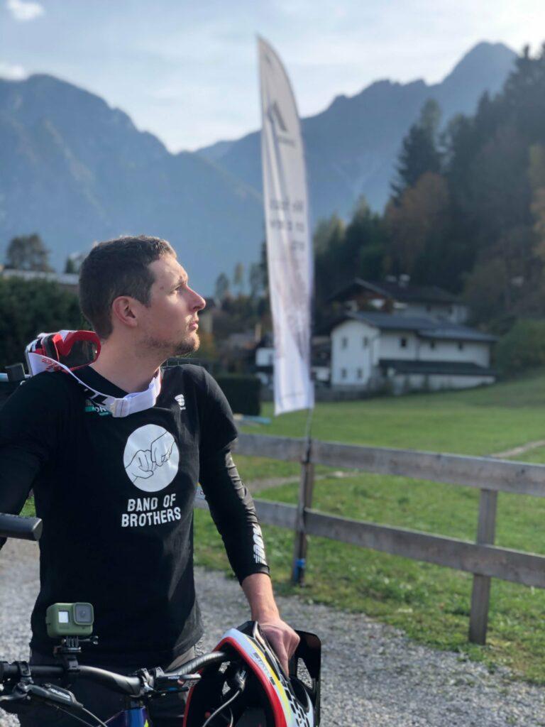 """""""Band of Brothers"""" ist der Claim des Bora Hansgrohe Teams. Der ist übrigens auf der Dolomitenütte in Osttirol entstanden."""